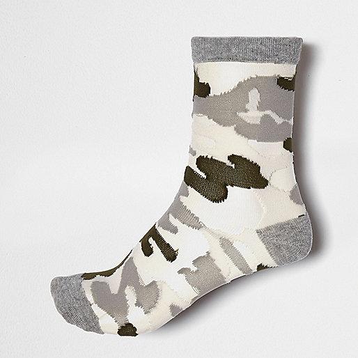 Graue Sneakersocken mit Camouflage-Muster und Mesh-Einsatz