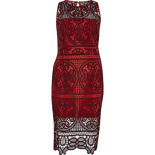 Robe moulante en dentelle rouge foncé
