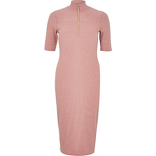 Robe rose côtelée zippée sur le devant