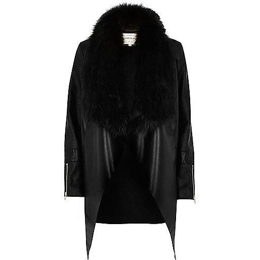 Veste drapée noire bordée de fausse fourrure