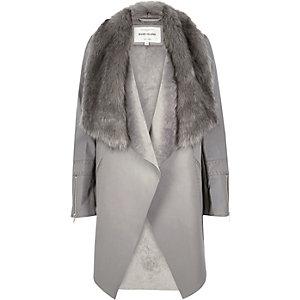 Veste drapée grise bordée de fausse fourrure