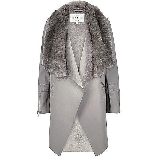 Manteau gris à pans bordé de fausse fourrure