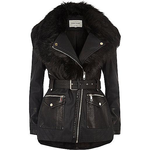 Schwarzer Mantel mit Kunstfellschal