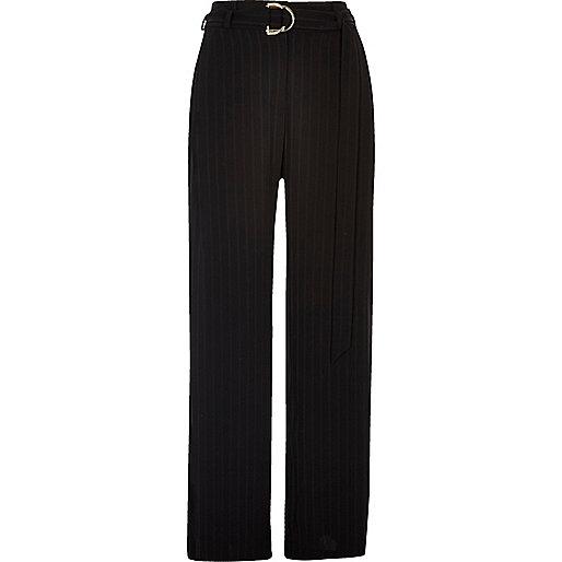 Schwarze Hose mit weitem Beinschnitt und Nadelstreifen
