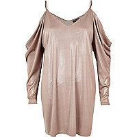 Kleid in Metallic-Pink mit Schulterausschnitten