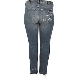 RI Plus – Alannah – Mittelblaue Jeans mit Slogan