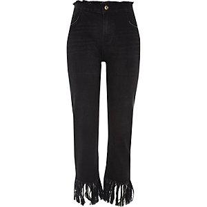Schwarze, kurze Boyfriend-Jeans mit Fransen