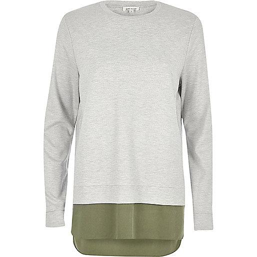 T-shirt gris à manches longues et ourlet contrastant