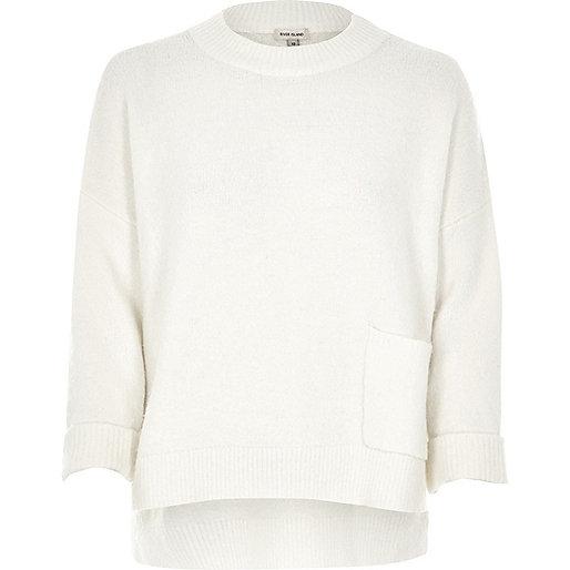 Weißer Pullover mit großer Tasche