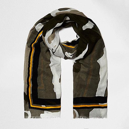 Écharpe longue imprimé camouflage kaki