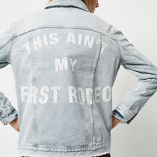 Jeansjacke in heller Waschung mit Slogan hinten