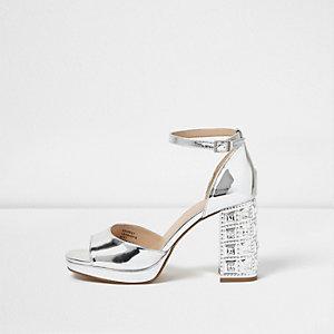 Sandales argentées ornées à talon carré