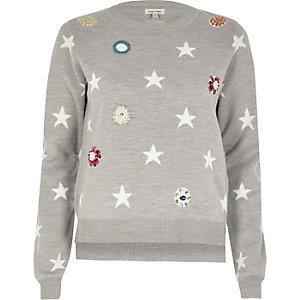 Pull gris en maille orné d'étoiles