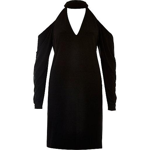 Robe noire à épaules dénudées et tour de cou