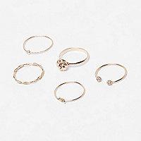 Goldene, verzierte Ringe im Set