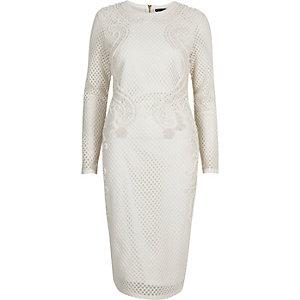 Figurbetontes weißes Kleid mit Verzierung