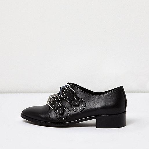 Schwarze Stiefel mit Ziernieten und Schnalle