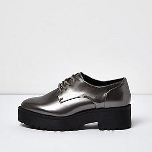 Chaussures argentées à lacets et plateformes épaisses