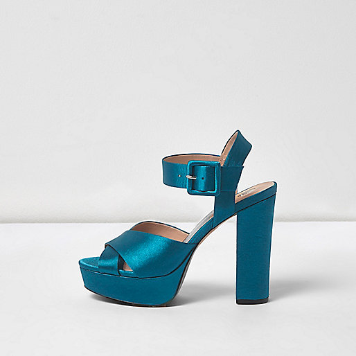 Chaussures en satin bleu à plateforme, talons et lanières croisées