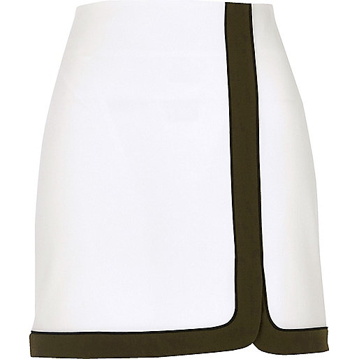 White contrast lined mini skirt