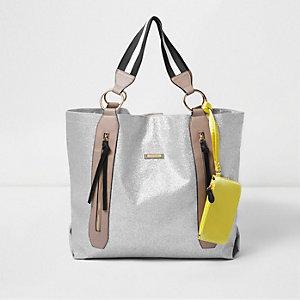 Sportliche Shopper-Tasche mit Reißverschluss in Silber