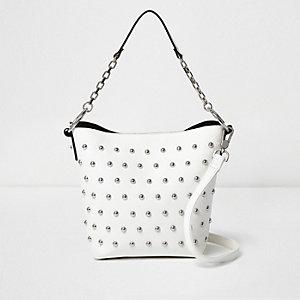 Weiße, nietenverzierte Tasche