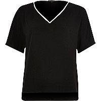Schwarzes T-Shirt mit kontrastierendem V-Ausschnitt