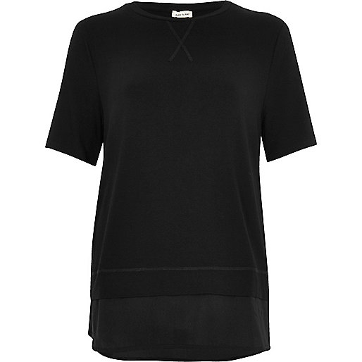 Schwarzes Lagen-T-Shirt mit Satinsaum