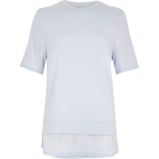 Hellblaues Lagen-T-Shirt mit Satinsaum