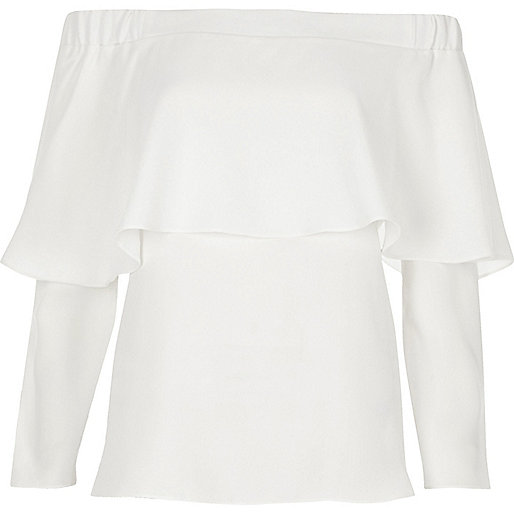 Weißes Oberteil mit Schulterausschnitten und Rüschen