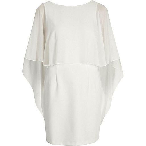 Weißes, figurbetontes Cape-Kleid