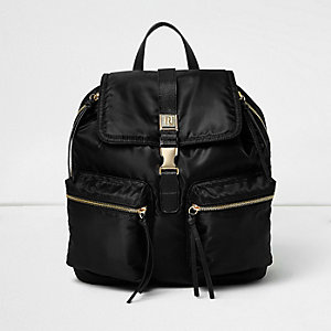 Schwarzer Rucksack mit Reißverschlusstasche