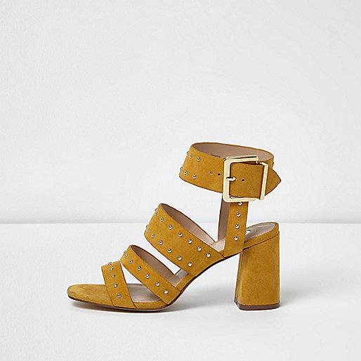 Sandales jaunes cloutées style rock à talons carrés