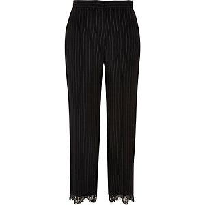 Pantalon à fines rayures noir et ourlet en dentelle