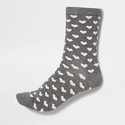 Graue Socken mit Herzmuster