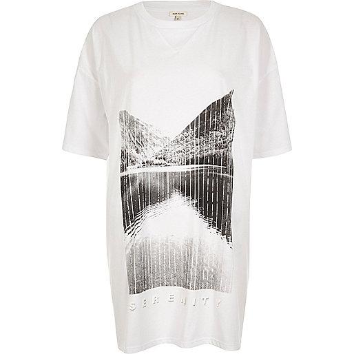 T-shirt blanc imprimé « Serenity » et coupe longue