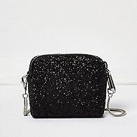 Schwarze, kleine Tasche in Glitzeroptik mit Kettenriemen
