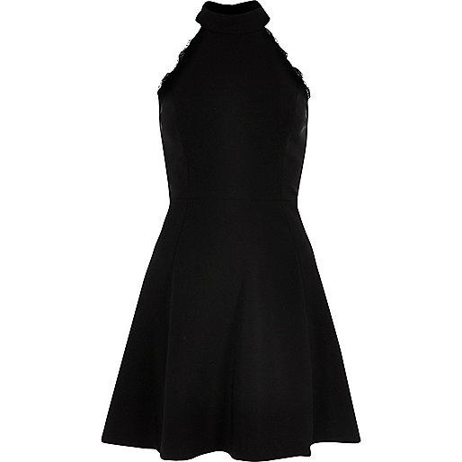 Robe patineuse noire bordée de dentelle à encolure montante