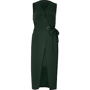 Dunkelgrünes, tailliertes Wickelkleid