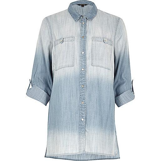 Blaues, verwaschenes Jeanshemd