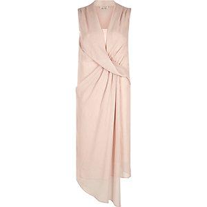 Robe évasée rose clair drapée sur le devant