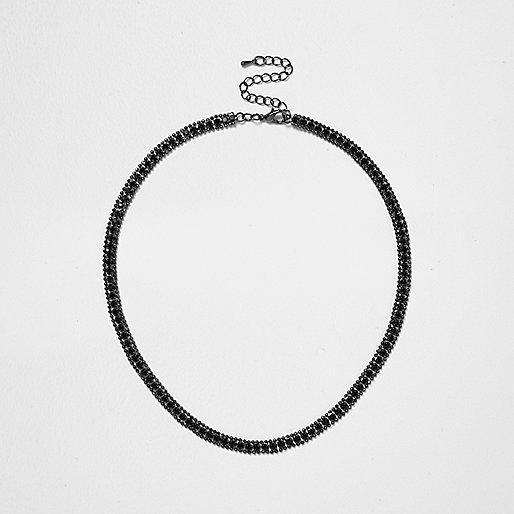 Halskette mit schwarzen Schmucksteinen