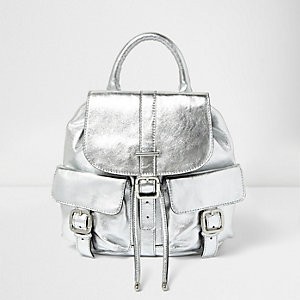 Silberner Lederrucksack mit Tasche