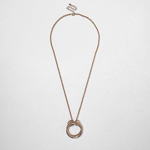 Halskette mit verdrehten Ringanhängern in Gold und Silber