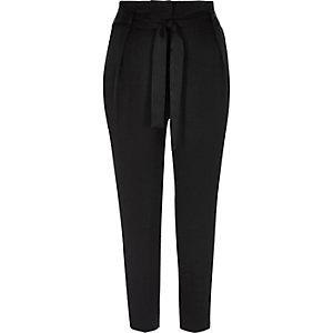 Pantalon fuselé en satin noir doux avec cordon à la taille