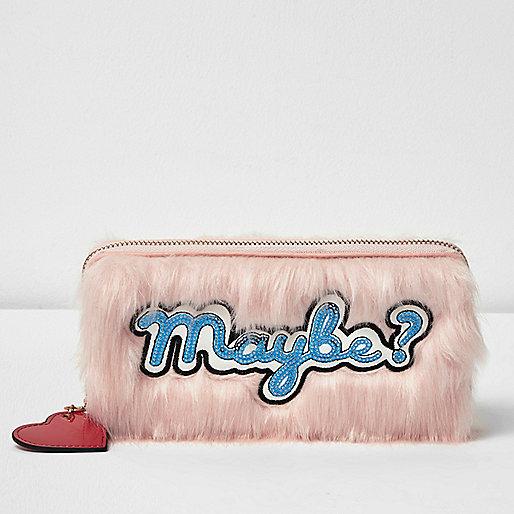 Porte-monnaie en fausse fourrure rose zippé «Maybe» orné de sequins