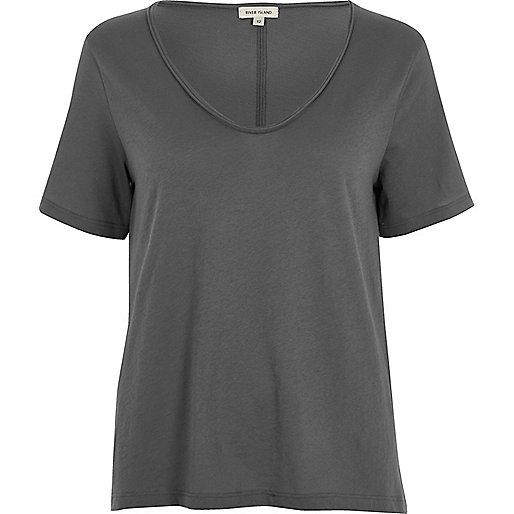 T-shirt gris à encolure dégagée en V