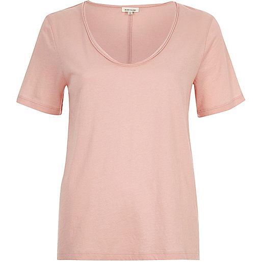 T-shirt rose à encolure dégagée en V