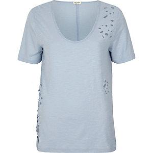 T-shirt bleu clair troué à col en V