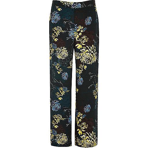 Blaue Hose mit weitem Bein und Blumenmuster